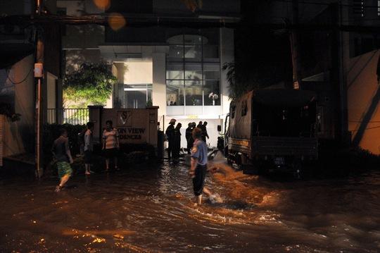 Nước tràn vào hầm, nhiều ô tô bị ngập