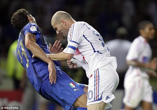 Cú thiết đầu công của Zidane với Materrrazzisau đó được tạt tượng.