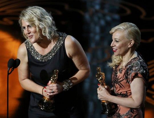 Catherine Martin (phải) và Beverley Dunn hạnh phúc nhận giải