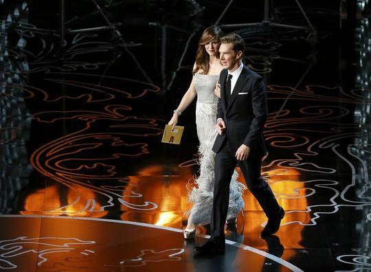 Jennifer Garner và Benedict Cumberbatch cùng sánh bước lên sân khấu công bố người chiến thắng hạng mục Thiết kế sản xuất