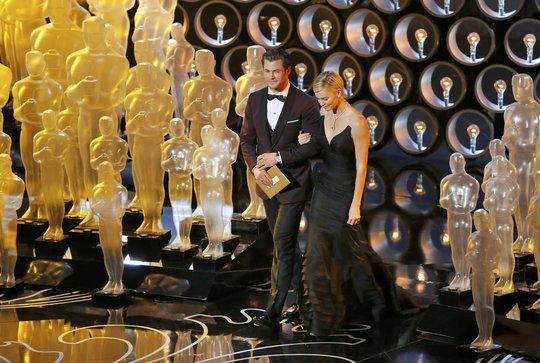 Charlize Theron và Chris Hemsworth