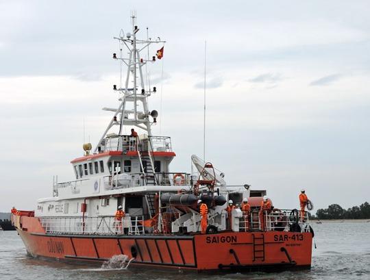 Tàu SAR 413 đưa các thuyền viên cập bờ