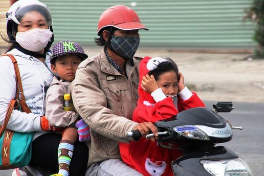 Nhiều xe máy chở đông người kèm theo lỉnh kỉnh đồ đạc hết sức nguy hiểm.