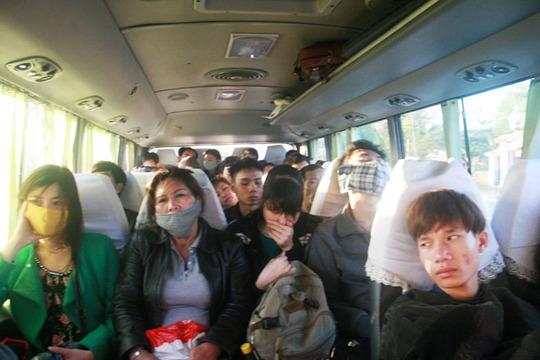 Nhiều hành khách trên chuyến xe từ TP Huế vào TP Đà Nẵng bơ phờ, mệt mỏi vì bị nhồi nhét