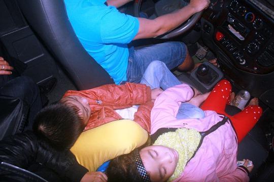 3 mẹ con chị Nguyễn Thị H. đón xe từ huyện Phú Lộc (Huế) đi TP Đà Nẵng phải ngồi co cụm trước vô lăng xe khách