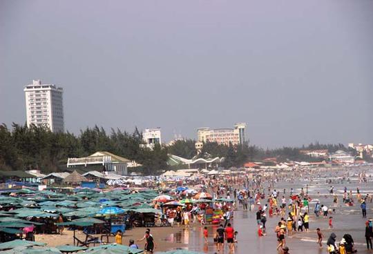 Bãi biển Vũng Tàu thu hút rất đông khách du lịch trong dịp Tết Dương lịch 2015