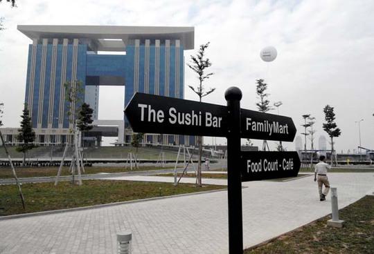 """Gần tòa nhà hành chính tỉnh là bảng chỉ dẫn đến khu vực ăn uống, mua sắm thuộc khu thương mại """"Hikari"""""""