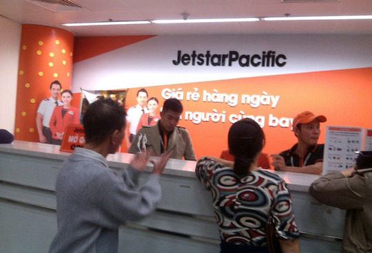 Hành khách đến khiếu nại và đòi lại tiền vé tại quầy đại diện của Jetstar