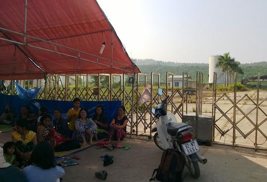 Người dân dựng lều trước cổng nhà máy Cồn Etthanol để đòi nợ Ảnh: Tiểu Uyên
