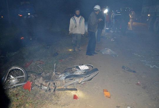Hiện trường vụ tai nạn thương tâm, chiếc xe máy nát vụn