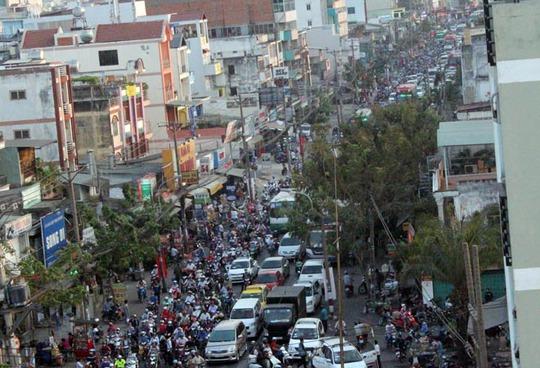 Dòng người và xe cộ đồng loạt rời khởi TP HCM chiều ngày 14-2 để về quê đón Tết
