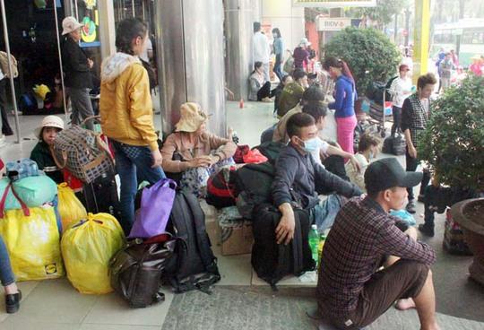 Tại bến xe miền Đông, hàng ngàn hành khách vật vờ chờ lên xe nhưng rất nhiều xe về bến trễ