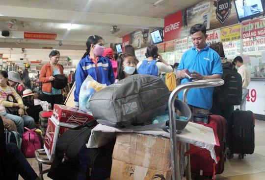 Hàng lý lỉnh khỉnh mang về quê