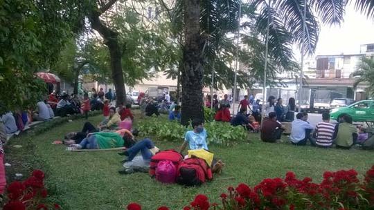 Tại khu vực ga Sài Gòn, hành khách cũng vật vờ để chờ về quê. Nhiều người vì quá mệt mỏi đã nằm ngủ ngay trên bãi cỏ.