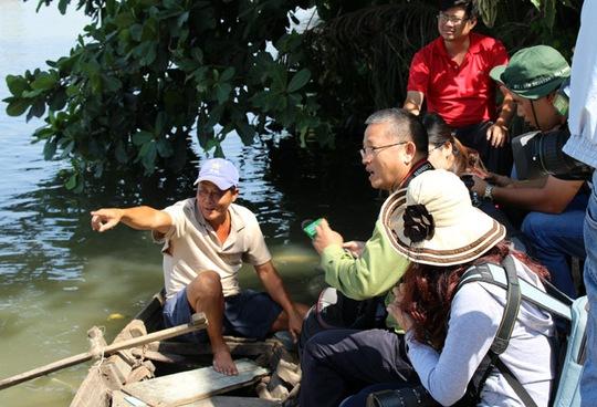 Người dân trao đổi với các nhà khoa học và phóng viên về dự án lấp sông Đồng Nai