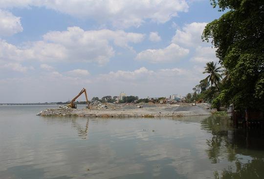 Một góc dự án lấn sông đang thực hiện dang dở