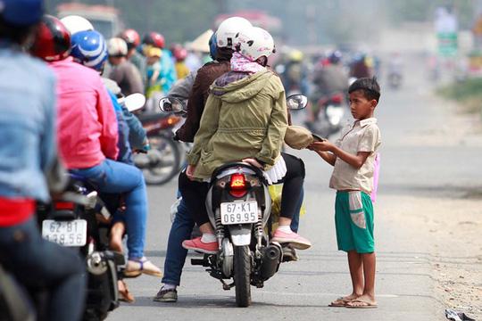 Hầu hết các cái bang nhí này đều không biết tiếng Việt, chỉ ú ớ và ngửa nón xin tiền người đi đường
