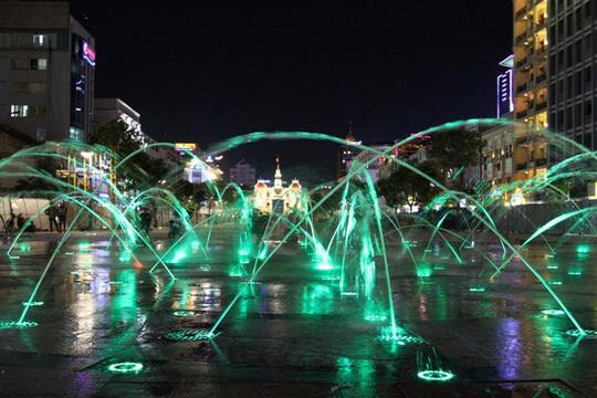 Ở phố đi bộ có bố trí 2 hồ phun nước, diện tích 100 m2/hồ