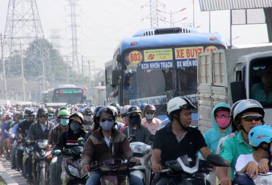 Kẹt xe nghiêm trọng trên Xa lộ Hà Nội