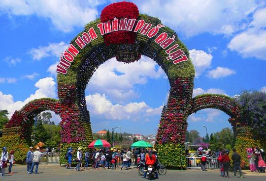 Du khách đến thm quan Vườn hoa Đà Lạt. Ảnh: M.Hải