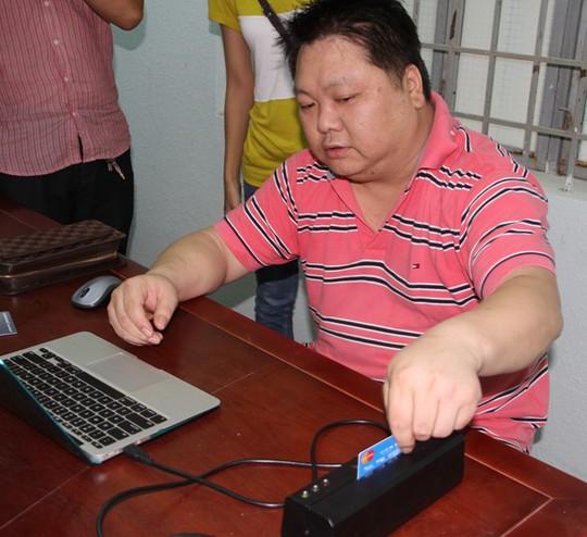 Đối tượng Yang Qing đang bị công an Khánh Hòa điều tra thực nghiệm việc gian lận- Ảnh do cơ quan công an cung cấp