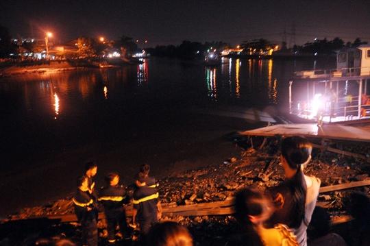 Lực lượng cứu hộ triển khai tìm kiếm tại bến phà Phú Định, nơi anh Nhánh bị đánh rơi xuống kênh mất tích