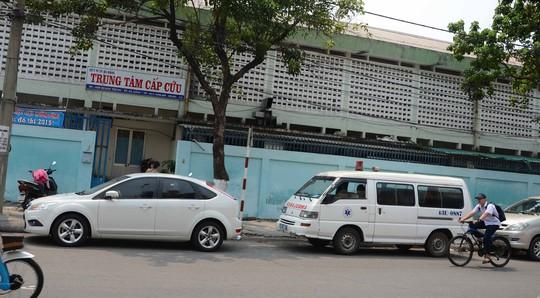 Trung tâm cấp cứu ở tạm cạnh Bệnh viện Đà Nẵng thì chật hẹp, xe cấp cứu phải đậu ngoài đường