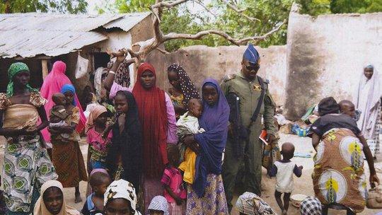 Khoảng 300 phụ nữ và trẻ em được đưa đến khu trại của chính phủ ở TP Yola hôm 2-5. Ảnh: RTE