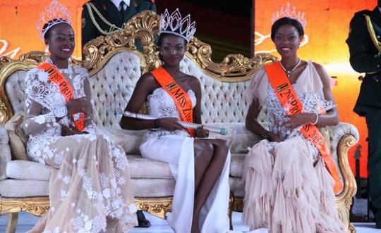 Emily Kachote (giữa), Annie Grace Mutambu - Á hậu 1 (bên trái)
