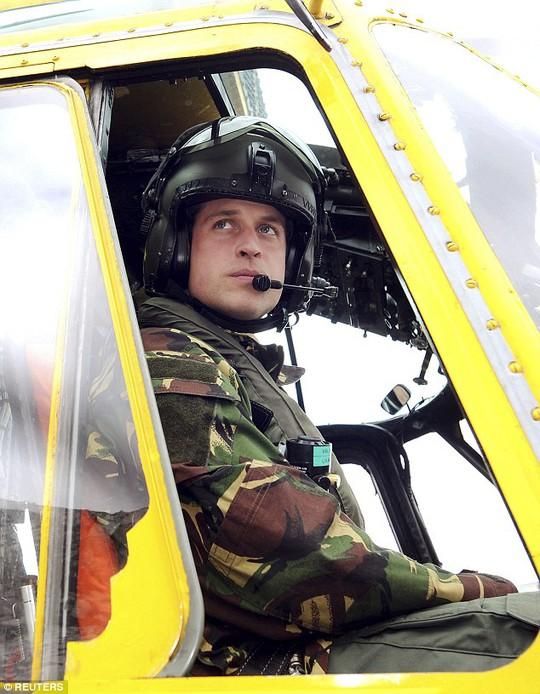 Hoàng tử Anh William bắt đầu công việc mới như một phi công trực thăng cứu thương. Ảnh: Reuters