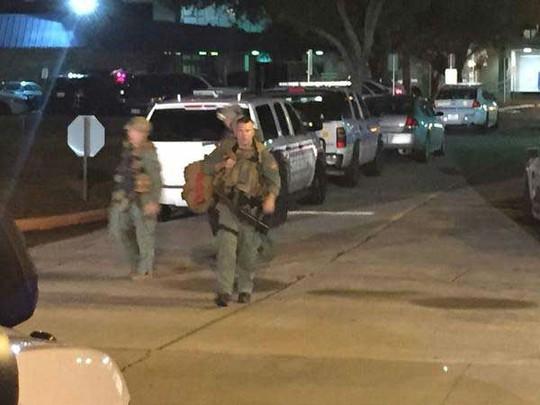 Cảnh sát với vũ trang cẩn thận cũng được điều động đến