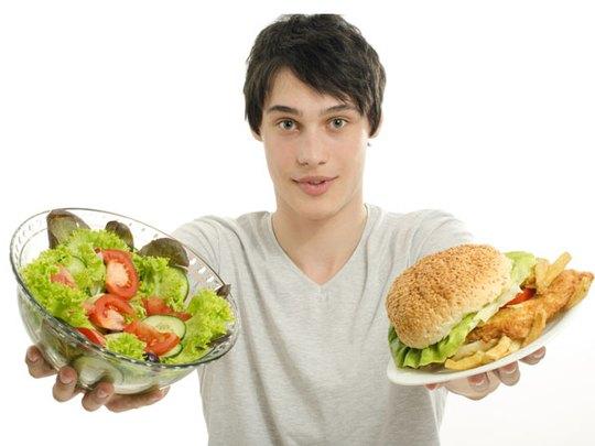 Ăn quá nhiều, nhai không kỹ cũng là nguyên nhân gây nôn mửa