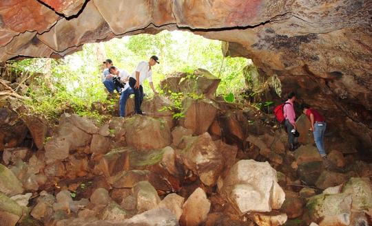 Cửa vào các hang động vẫn còn hoang sơ, chưa bị tác động nhiều