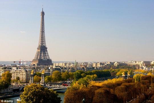 Máy bay không người lái xuất hiện gần tháp Eiffel. Ảnh: Alamy