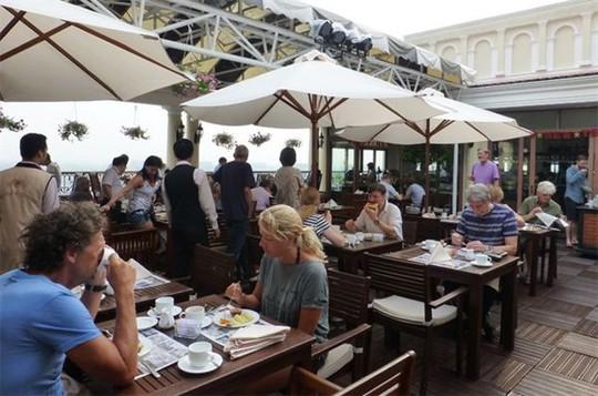 Du khách dùng bữa tại một khách sạn hạng sang ở TP HCM - Ảnh: Đào Loan