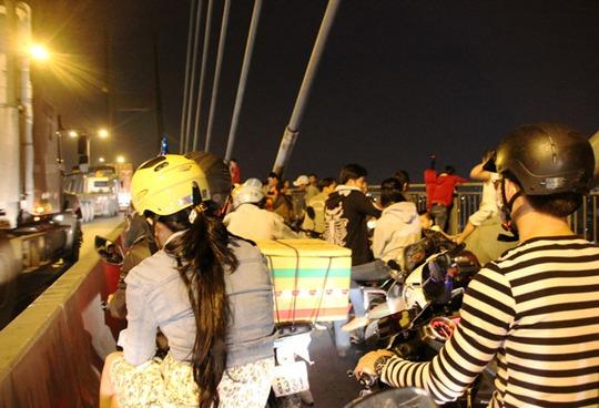 Hàng ngàn người ùn ùn kéo lên cầu Phú Mỹ để xem pháo hoa, không một ai di chuyển được.
