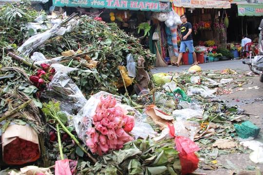 Rác hoa được đổ thành núi, quanh chợ Hồ Thị Kỷ