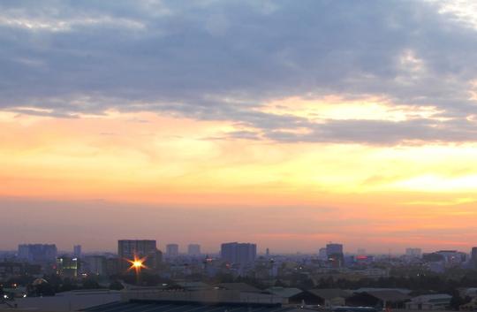 Trời Sài Gòn nhìn từ đường Trường Sơn (quận Tân Bình) lúc 5 giờ 30 sáng.