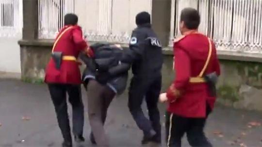 Người đán ông bị cảnh sát bắt giữ. Ảnh: RT
