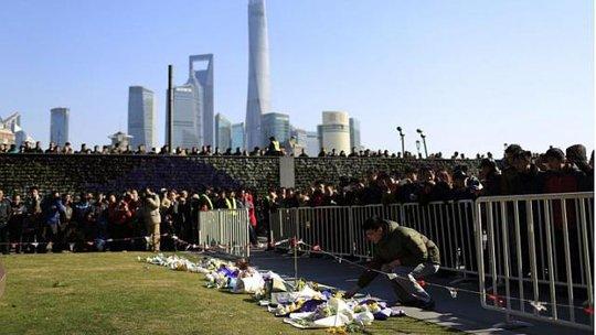 Đạt hoa tưởng niệm các nạn nhân ở Thượng Hải - Trung Quốc. Ảnh: Reuters