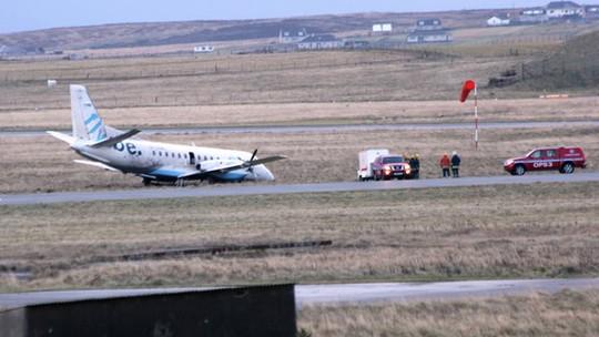 Chiếc máy bay bị thổi khỏi đường băng sáng 2-1. Ảnh: BBC