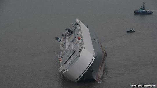 Tàu Hoegh Osaka bị mắc kẹt tối 3-1. Ảnh: NPAS