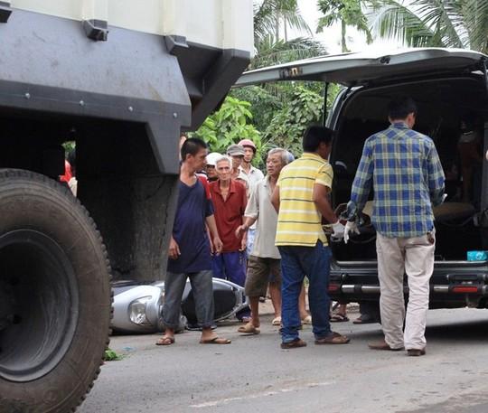 Thi thể nạn nhân được đưa lên xe cứu thương