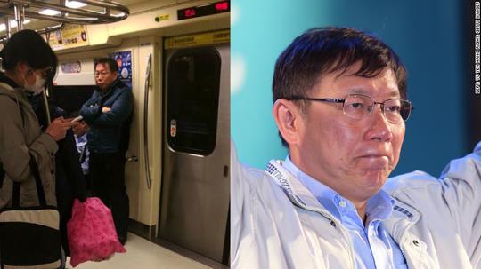 Ông Ko đứng trên tàu điện ngầm tối 2-1 (ảnh trái). Ảnh: Facebook