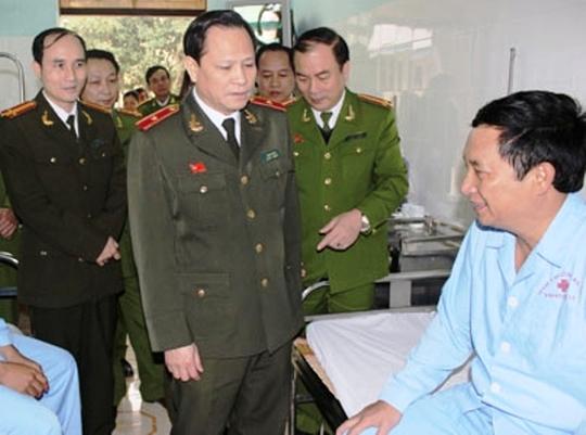 Thiếu tướng Trịnh Xuyên, Giám đốc Công an tỉnh Thanh Hóa tới thăm hỏi, động viên các chiến sĩ công an bị thương