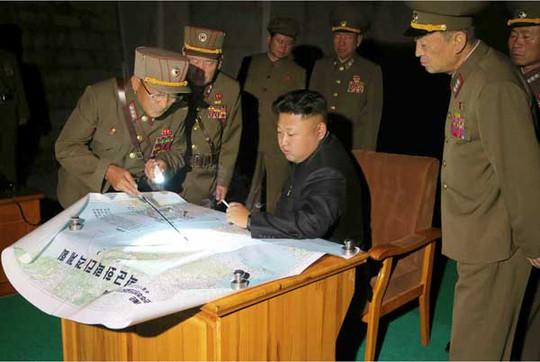 Lãnh đạo Kim Jong-un goám sát một cuộc tập trận tháng 7-2014. Ảnh: Rodong Sinmun