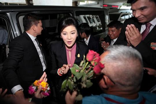 Bà Yingluck được người ủng hộ chào đón sáng 9-1 trước khi bước vào phiên điều trần. Ảnh: Bangkok Post