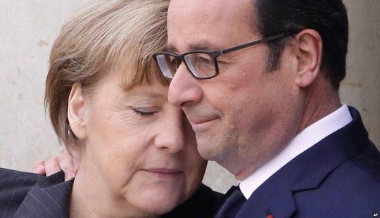 Thủ tướng Đức Angela Merkel an ủi Tổng thống Pháp Francois Hollande. Ảnh: AP