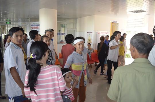 Vợ anh Sang mang theo hai con nhỏ xông vào bệnh viện