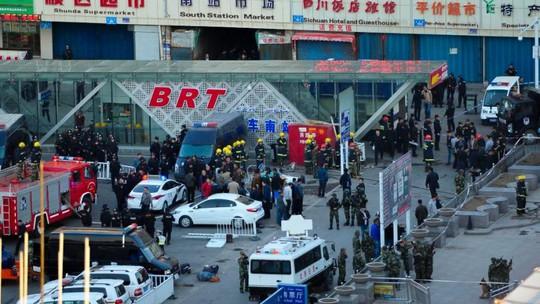Hiện trường vụ nổ bên ngoài nhà ga Urumqi, Tân Cương ngày 30-4-2014. Ảnh: AP